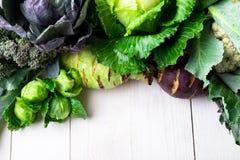 各种各样圆白菜硬花甘蓝花椰菜 分类在白色木背景的圆白菜 平的位置 免版税库存图片