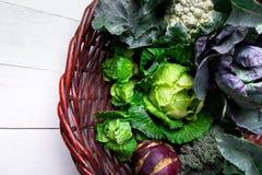 各种各样圆白菜硬花甘蓝花椰菜 分类在篮子的圆白菜 库存照片