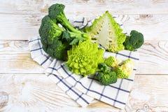 各种各样圆白菜硬花甘蓝,Romanesco花椰菜 分类在厨房用桌上的圆白菜 免版税库存图片