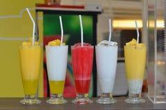 各种各样在桌上的圆滑的人饮料 免版税库存图片