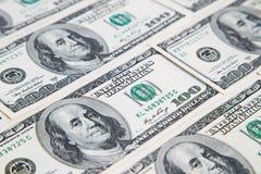 从各种各样的一百美元票据的背景 许多货币 背景美元眼睛重点 图库摄影