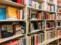 各种各样的书在图书馆书店的待售 免版税图库摄影