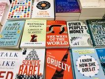 各种各样的书在图书馆书店的待售 图库摄影