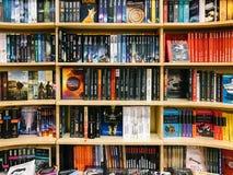 各种各样的书在图书馆书店的待售 免版税库存图片