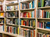 各种各样的书在图书馆书店的待售 库存图片