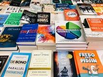 各种各样的书在图书馆书店的待售 库存照片