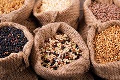 各种各样的五谷和米在大袋 免版税库存图片