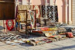 各种各样的五颜六色的东方地毯销售在街道上的在Il Mercato在Hadaba, Sharm El谢赫,埃及 免版税库存图片