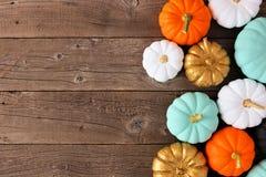 各种各样的五颜六色的南瓜秋天旁边边界在土气木头的 库存图片