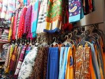 各种各样的五颜六色的印地安披肩在街市上 免版税图库摄影