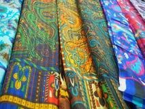 各种各样的五颜六色的印地安披肩在街市上 免版税库存图片