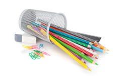 各种各样的五颜六色的铅笔和办公室工具 免版税库存照片