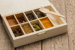 各种各样的五颜六色的香料选择在木的 库存照片
