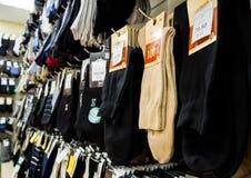 各种各样的人` s袜子销售在商店` Noskoff `的 免版税库存图片