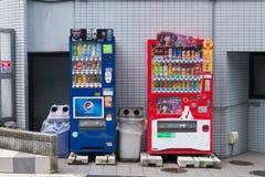 各种各样的公司自动售货机在东京 库存图片