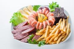 各种各样的冷的开胃菜:虾,乳酪,油煎方型小面包片,蒜味咸腊肠 库存图片