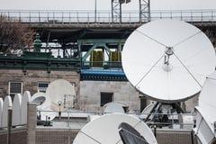 各种各样的卫星盘和放射器在一名媒介电视和无线电播报员的技术插孔在蒙特利尔的郊区, 免版税图库摄影