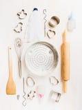 各种各样的厨房用工具加工复活节烘烤的选择在白色木背景 免版税库存照片