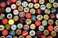 各种各样的啤酒瓶盖帽 库存照片