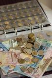 各种各样的国家很多纸票据和硬币货币册页的 免版税库存照片