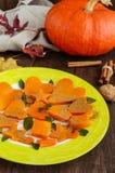 以各种各样的图的形式,蜂蜜烘烤了切片南瓜,装饰薄荷叶 免版税库存照片