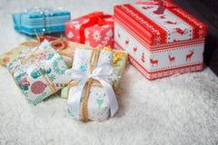 各种各样的圣诞节礼物在家 库存图片