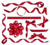 各种各样的在白色隔绝的红色弓、结和丝带 免版税库存图片
