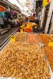 各种各样的坚果和干果子在Mahane耶胡达市场上 库存图片