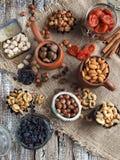 各种各样的坚果和干果子-腰果,核桃,开心果,榛子,杏干,葡萄干 免版税库存照片