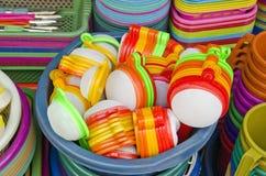 各种各样的塑料在亚洲街市上断送碗筷 免版税库存照片