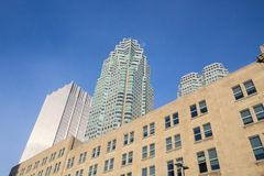 各种各样的大小和年龄摩天大楼从30 ` s在街市多伦多耕种2000年` s,安大略,加拿大 免版税库存图片