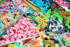 各种各样的大小和颜色糖果在10月 免版税库存图片