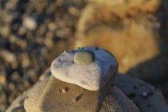 各种各样的大小石头金字塔在海滩的在夏天 免版税图库摄影
