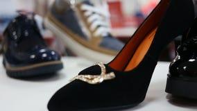 各种各样的妇女` s和人` s鞋子在商店 影视素材