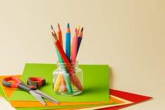 各种各样的学校和艺术供应在桌放置了 免版税库存照片