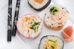 各种各样的寿司用姜和筷子 免版税图库摄影