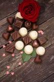 各种各样的巧克力果仁糖和英国兰开斯特家族族徽 图库摄影