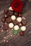 各种各样的巧克力果仁糖和英国兰开斯特家族族徽 免版税图库摄影