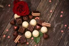 各种各样的巧克力果仁糖和英国兰开斯特家族族徽Mother's天 库存图片