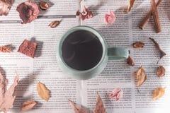 各种各样的干燥叶子和花在一个杯子热的咖啡附近,秋天装饰 免版税库存图片