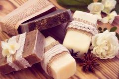 各种各样的干燥肥皂装饰的片断有茉莉花的,玫瑰色和  免版税库存照片