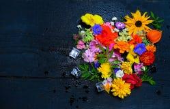 各种各样的庭院纹理开花,顶视图 免版税图库摄影