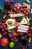 各种各样的开胃菜用红葡萄酒 各种各样的香肠和冷盘,与模子,果子的乳酪 顶视图,平的位置 免版税图库摄影