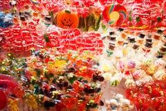 各种各样的形式和颜色棒棒糖卖了外部街道公平的标记 免版税库存图片