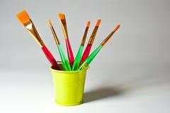 各种各样的形状和宽度画笔与明亮的塑料把柄 库存图片