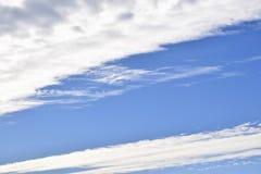各种各样的形状白色云彩在天空的 库存照片