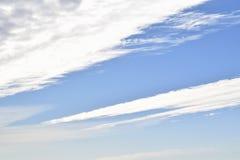 各种各样的形状白色,明亮的云彩在天空的 免版税库存照片
