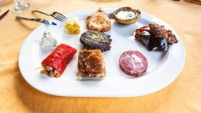 各种各样的快餐和地方西西里人的开胃菜 免版税库存图片