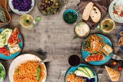 从各种各样的意大利人盘、快餐和酒的框架 免版税图库摄影