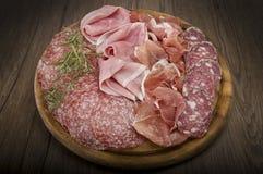 各种各样的意大利蒜味咸腊肠 免版税库存图片